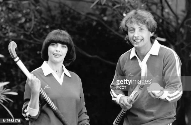 Detente pour Mireille Mathieu et son frere Remi en tenue de hockeyeurs dans la propriete de Johnny Stark pres de Marseille en aout 1981 a La Bedoule...