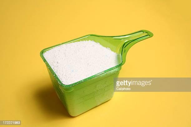 Detergente sobre fondo amarillo