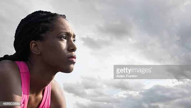 Afrikanische amerikanische Sportler entschlossen sitzen vor dem Laufen