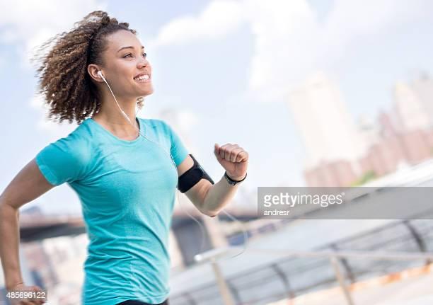 determined female runner outdoors - corrida esportiva - fotografias e filmes do acervo