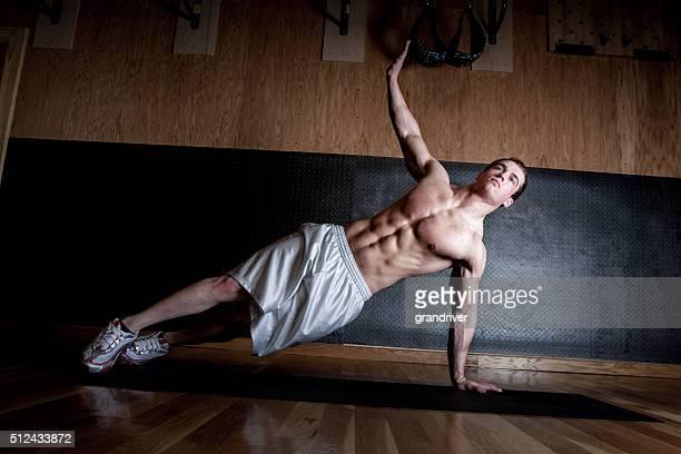 Determinar as condições de aptidão física requeridas jovem dando levantadas elemento de ramo