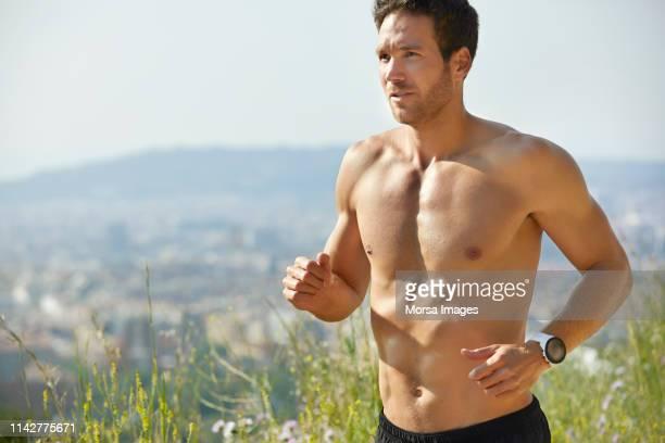 determinado hombre sin camisa corriendo en el parque en verano - sin camisa fotografías e imágenes de stock