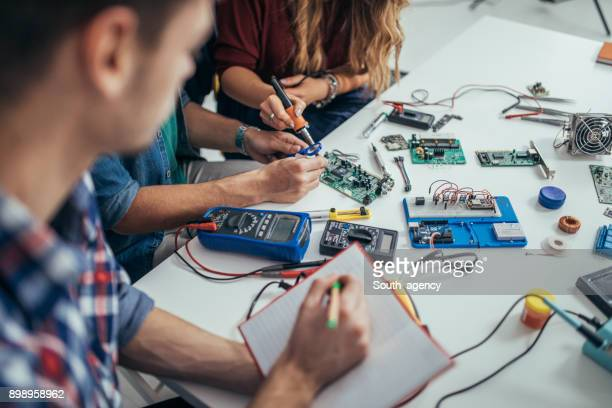 determined students engineers - electronics stock pictures, royalty-free photos & images