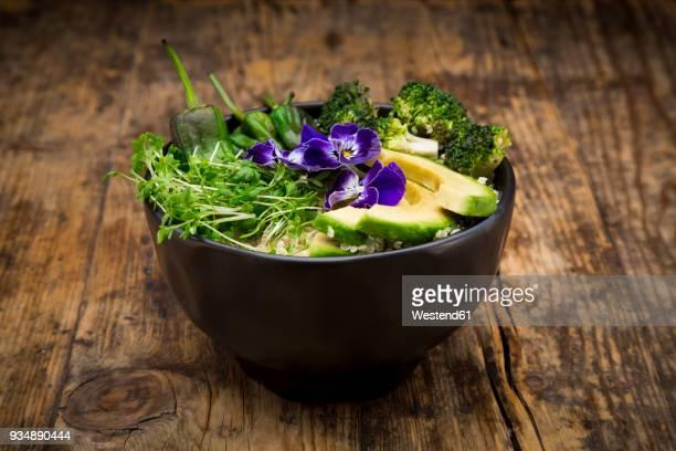 Detox bowl, quinoa, brokkoli, quinoa, avocado, pimientos de padron, cress and pansies