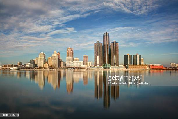 detroit city reflection in river - detroit michigan stock-fotos und bilder