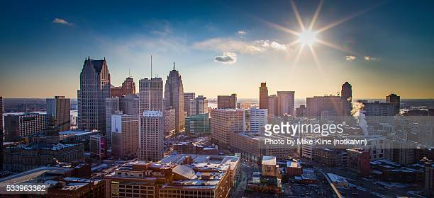 detroit - into the sun - detroit michigan stock-fotos und bilder