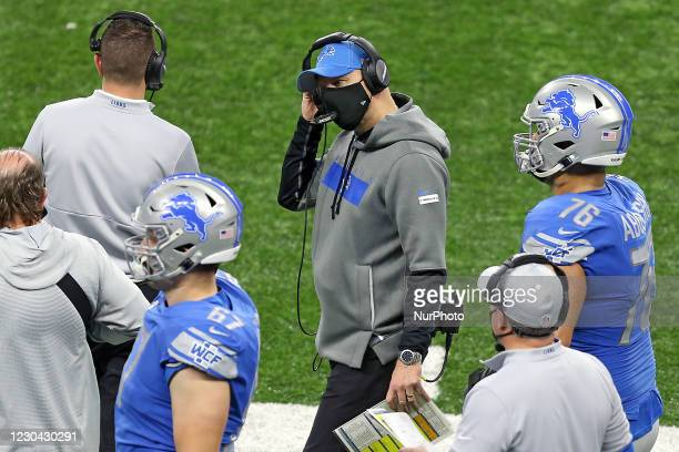 Detroit Lions head coach Darrell Bevell talks with coaching staff on the sidelines during the second half of an NFL football game between the Detroit...