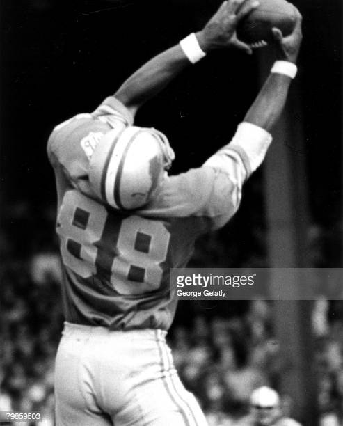 Detroit Lions tight end Charlie Sanders reaches to make a catch during the Lions 240 victory over the New York Giants on September 28 1969 at Tiger...