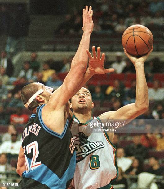 Detroit Pistons' Bison Dele shoots over Cleveland Cavaliers Brevin Knight during the first quarter at the Palace of Auburn Hills, Michigan, on 24...