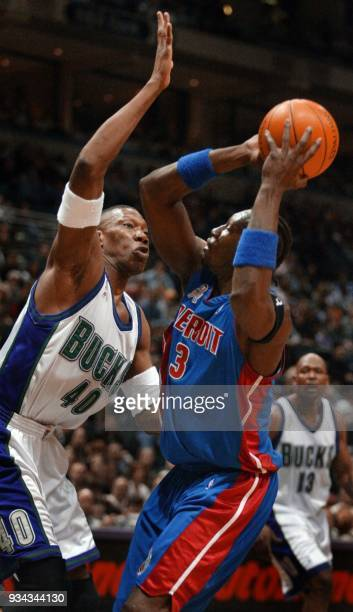 Detroit Pistons center Ben Wallace tries to get a look at the basket under defense from Milwaukee Bucks center Ervin Johnson in the first half 16...