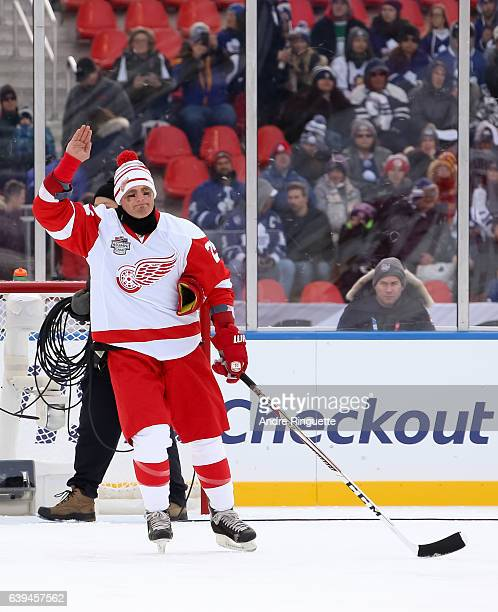 Detroit Red Wings alumni Darren McCarty salutes the crowd during the 2017 Rogers NHL Centennial Classic Alumni Game at Exhibition Stadium on December...