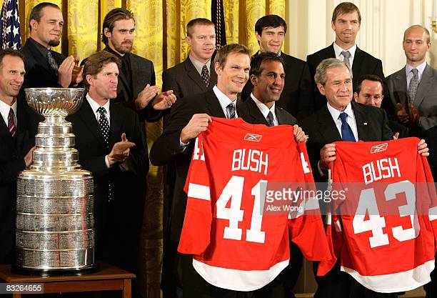 Detroit Red Wings Captain Nicklas Lidstrom player Chris Chelios and US President George W Bush pose for photographers with other team members as Bush...