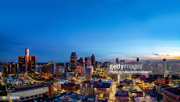 detroit sunset - blue sky - detroit michigan stock-fotos und bilder
