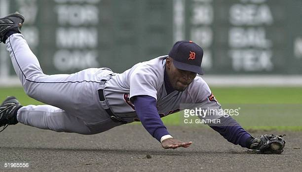 Detroit Tigers second baseman Jose Macias makes a diving catch in the first inning against the Boston Red Sox at Fenway Park 21 May 2000 in Boston,...