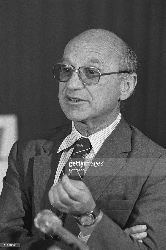 Professor Milton Friedman at Microphones : ニュース写真