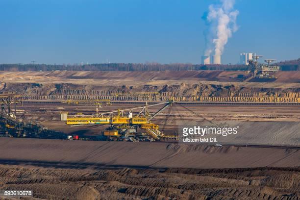 DEU/Deutschland/Brandenburg/Welzow Braunkohletagebau WelzowSued Blick in den VattenfallTagebau WelzowSued am Horizont das Kraftwerk Schwarze Pumpe