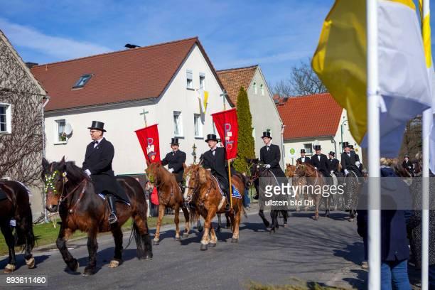 DEU/Deutschland/Sachsen/Wittichenau/Hoske Osterreiten in der Lausitz Die Osterreiter des Wittichenauer Reiterzuges reiten durch die Ortschaft Hoske...