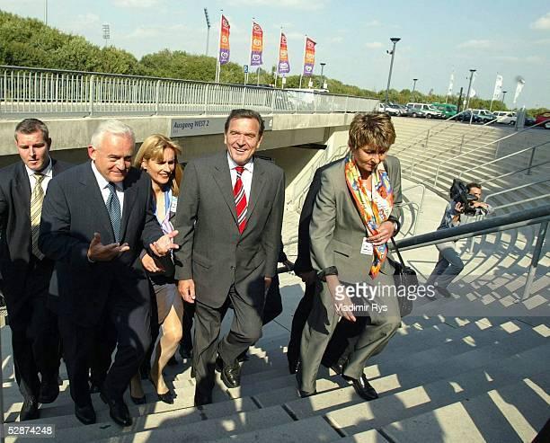 Deutsch Polnische Regierungkonsultation Gelsenkirchen Polnische Ministerpraesident Leszek MILLER und Bundeskanzler Gerhard SCHROEDER tretten in die...