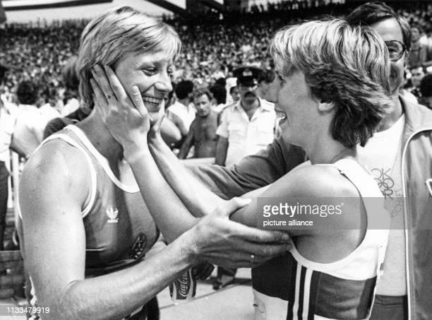 Deutschdeutsche Freude nach dem Siebenkampf Siegerin Ramona Neubert und Sabine Everts gratulieren sich mit großer Herzlichkeit Sabine Everts hat den...
