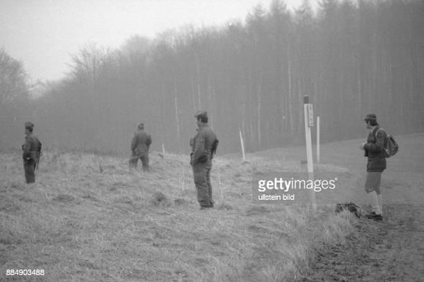 DeutschDeutsche Grenze bei Ellrich Grenzaufklärer und Zöllner stehen sich an der inndeutschen Grenze gegenüber
