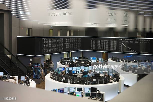 deutsche borse stock exchange trading floor. - börse stock-fotos und bilder