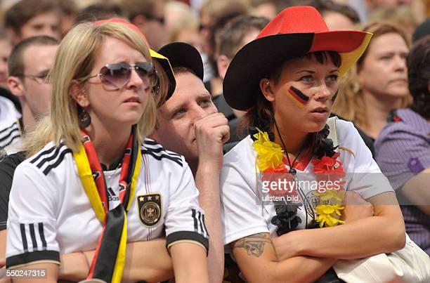 Deutsche Fußballfans verfolgen das Vorrundenspiel DeutschlandSerbien anlässlich der FußballWeltmeisterschaftmeisterschaft 2010 in der Kulturbrauerei...