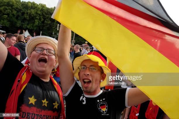Deutsche Fussballfans jubeln nach dem Abpfiff beim Public Viewing während des Spiels Deutschland Nordirland anlässlich der FußballEuropameisterschaft...