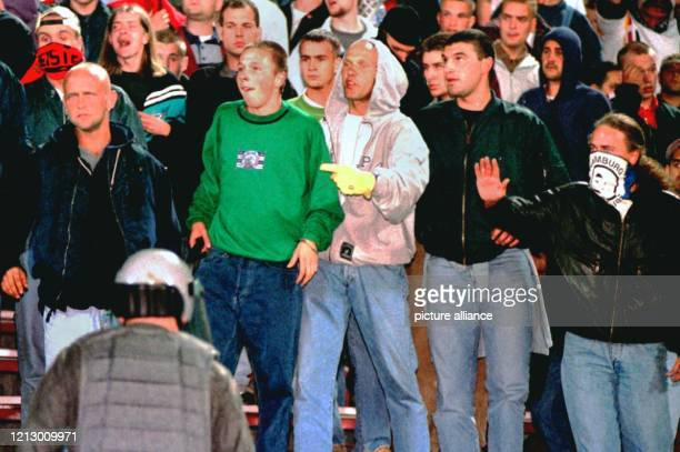 Deutsche Hooligans skandieren während des Fußball-Länderspielspiels Polen - Deutschland in Zabrze/Polen am 4.9.1996 teilweise rechtsradikale Parolen....