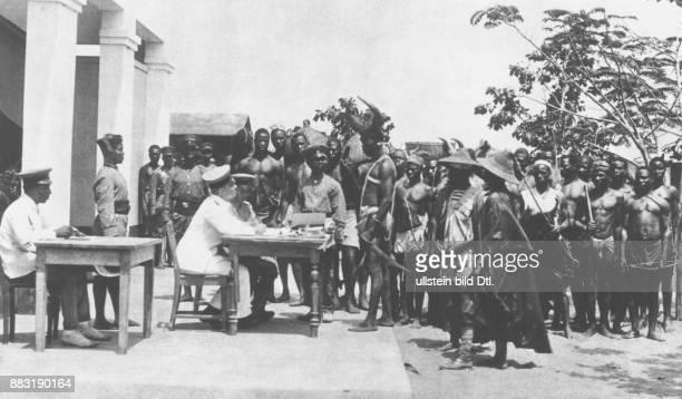 Deutsche Kolonien in Afrika: Kamerun Deutsches Militär wirbt einheimische Rekruten für die deutsche Schutztruppe an