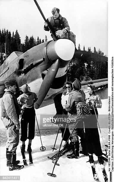 Deutsche Luftwaffensoldaten an ihremStuka im gespräch mit norwegischenMädchenApril 1940