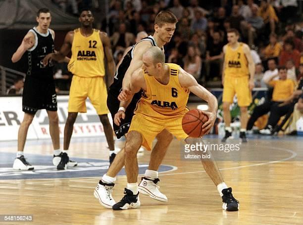 Deutsche Meisterschaft, Playoff - Finale: ALBA Berlin - Telekom Baskets Bonn - Spielszene: Sascha Obradovic im Zweikampf mit Klaus Perwas