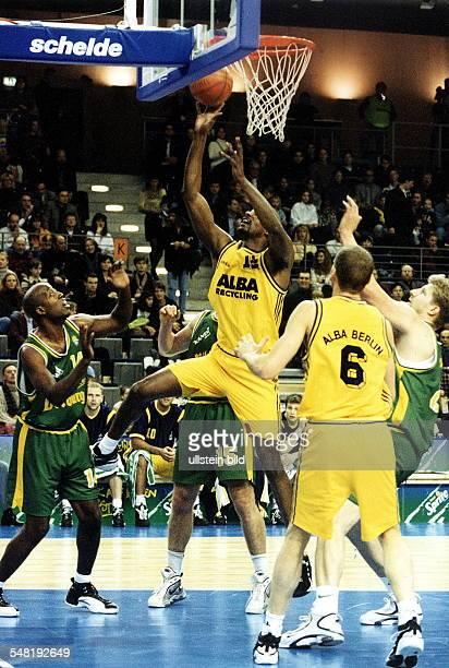 Deutsche Meisterschaft, Playoff Halbfinale: ALBA Berlin - Trier - Spielszene unter dem Korb: Wendell Alexis beim Korbleger - April 1998