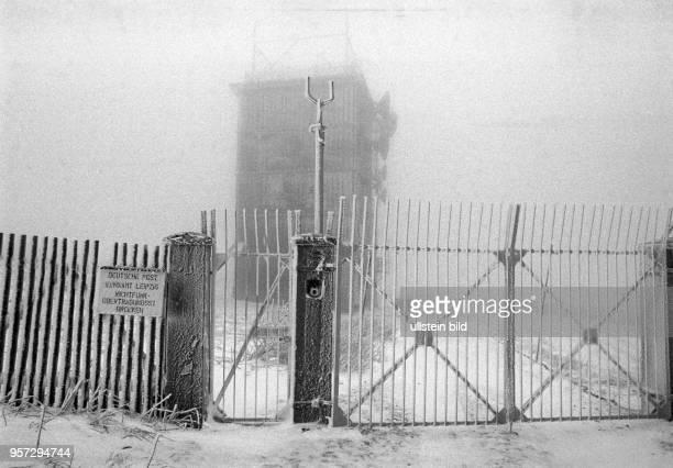 'Deutsche Post Funkamt Leipzig Richtfunk' steht auf einem Schild an einem Zaun auf dem Brocken vor einem Gebäude aufgenommen im Januar 1990 Der...