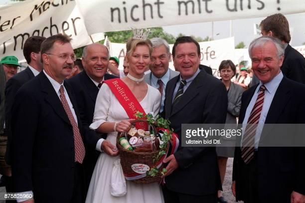 Deutscher Bauerntag in Cottbus Als redner zu Gast Bundeskanzler Gerhard Schröder Gruppenfoto am Rande der Tagung Vl Gerd Sonnleitner die...