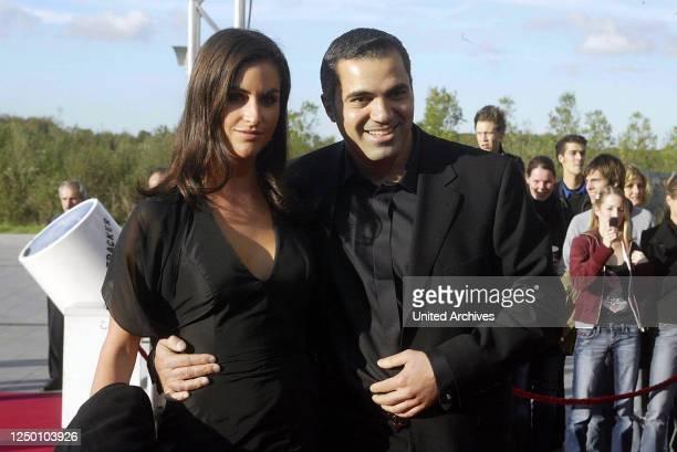 Deutscher Fernsehpreis 2004 - Verleihung des 6 Deutschen Fernsehpreises im Coloneum in Köln. Roter Teppich. Aiman Abdallah mit Ehefrau.