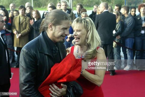 Deutscher Fernsehpreis 2004 - Verleihung des 6 Deutschen Fernsehpreises im Coloneum in Köln. Roter Teppich. Lisa Fitz und Peter Knirsch.