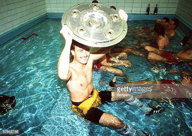 MUENCHEN 080684 Deutscher Fussballmeister 1985 FC Bayern Muenchen Raimond AUMANN mit Meisterschale