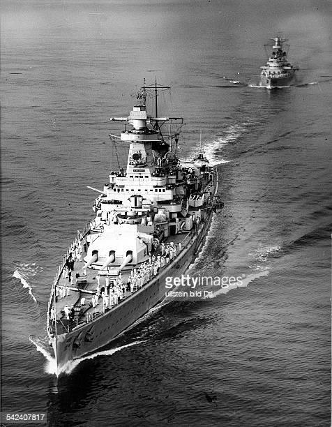 Deutsches Panzerschiff 'Admiral Graf Spee'auf einer Fahrt durch den Ärmelkanal mitZiel SpanienIm Hintergrund die 'Deutschland' undatierte Aufnahme