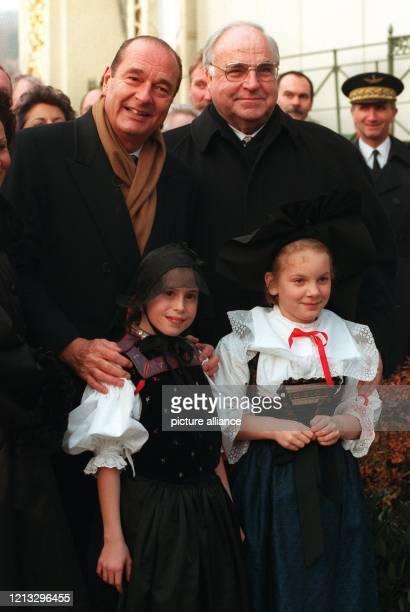 Deutsch-französische Freundschaft: Helmut Kohl und Jacques Chirac posieren zu Beginn des Gipfeltreffens mit einem elsässischen und einem...