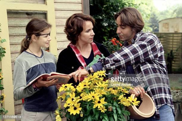 VORBEI / Deutschland 1998 / Sigi Rothermund Katrin Bohler führt mit dem KfzMechaniker Max Soldan und ihrer 12jährigen Tochter Anne aus erster Ehe ein...