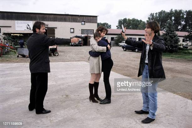 VORBEI / Deutschland 1998 / Sigi Rothermund Szene Auf dem Reitplatz spitzt sich die Lage zu Kriminalkommissar Bohler stellt Max Soldan Bildmitte...