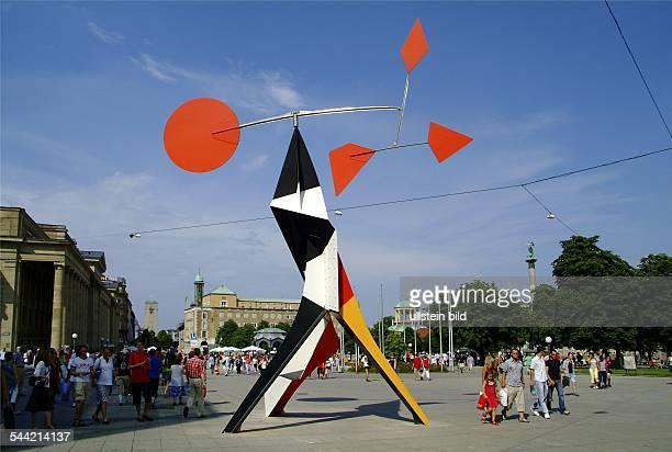 Deutschland BadenWuerttemberg Stuttgart Skulptur Crinkly avec disque rouge von Alexander Calder auf der Königstrasse