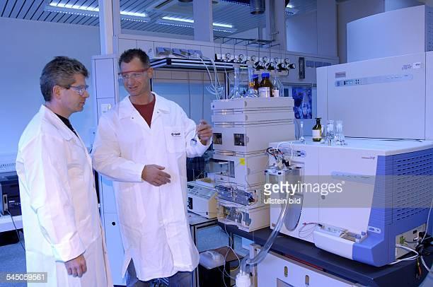 Deutschland BASF Agrarzentrum Limburgerhof FourierTransformMassenspektrometer zur Erforschung chemischer Strukturen Die Analysemethode beruht auf dem...