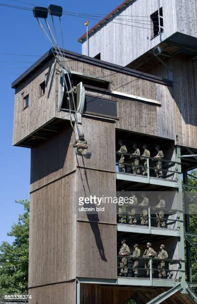 Deutschland Bayern Altenstadt Bundeswehr Luftlande und Lufttransportschule in Altenstadt Fallschirmjaeger bei der Ausbildung im Sprungturm