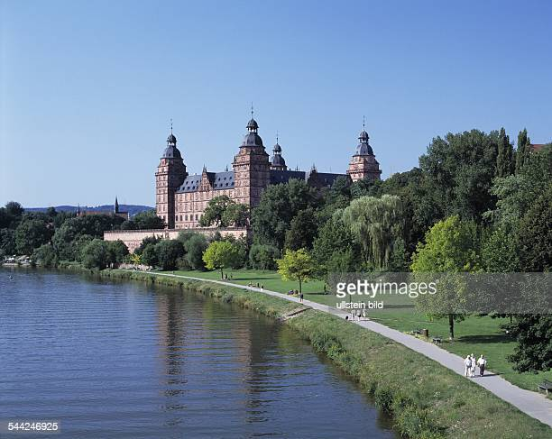 Deutschland Bayern Aschaffenburg Mainpromenade mit Schloss Johannisburg