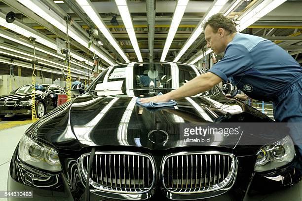 Deutschland, Bayern, Autoproduktion bei BMW in Regensburg. Endkontrolle