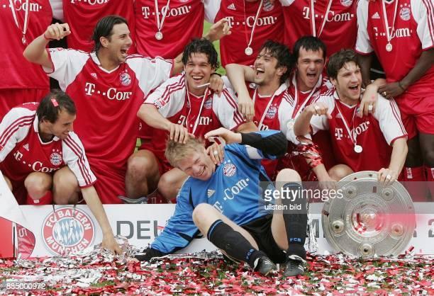 Deutschland Bayern München der FC Bayern München feiert die deutsche FußballMeisterschaft Torhüter und Mannschaftskapitän Oliver Kahn im Vordergrund...