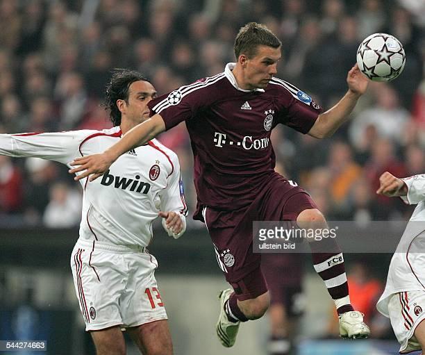 Deutschland Bayern Muenchen Champions League Saison 2006/2007 ViertelfinalRueckspiel FC Bayern Muenchen AC Mailand 02 Zweikampf um den Ball zwischen...