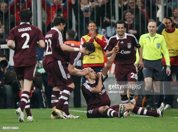 Deutschland Bayern Muenchen Champions League Saison 2006/2007 AchtelfinalRueckspiel FC Bayern Muenchen Real Madrid 21 Bayerns Lucio sitzt auf dem...