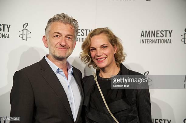 Deutschland Berlin Dominic Raacke Schauspieler mit Partnerin Alexandra Rohleder Schauspielerin